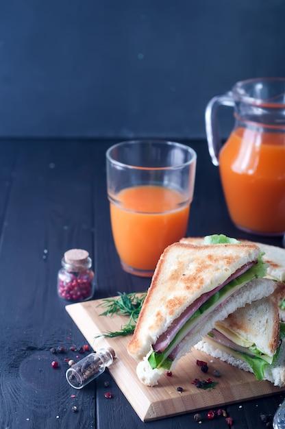 木製の背景にクラブサンドイッチ Premium写真