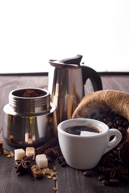粉砕コーヒーは間欠泉コーヒーメーカーで満たされています Premium写真
