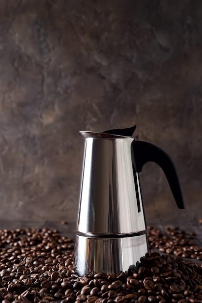 暗い木製の背景、コピースペースにコーヒー穀物の背景にガイザーコーヒーメーカー Premium写真