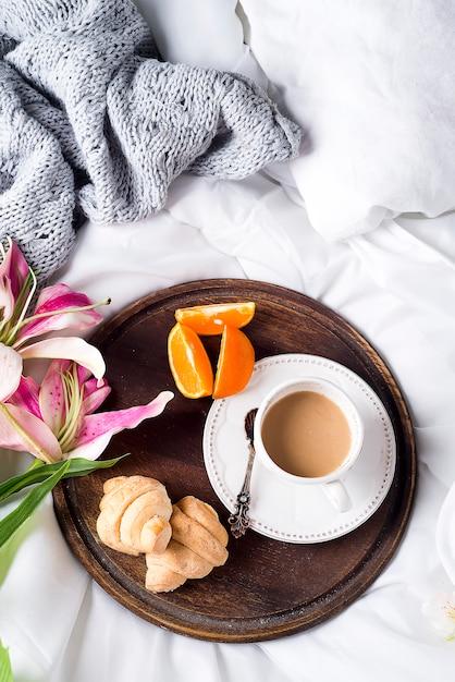 ピンクのユリとコーヒーカップ Premium写真