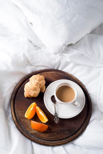 クロワッサンとコーヒーカップ Premium写真