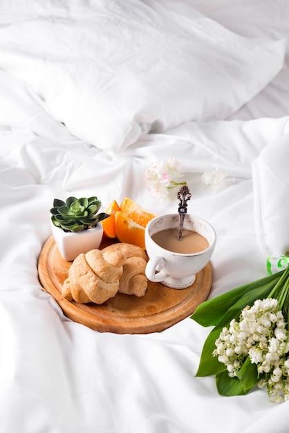 朝のベッドでの朝食 Premium写真