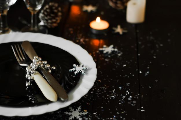 クリスマステーブルの設定。ホリデーデコレーション Premium写真