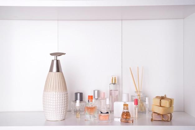 様々な女性の香水のセット Premium写真