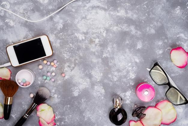 ファッション女性の静物。バラ、化粧品、電話の花弁で女性のファッション Premium写真
