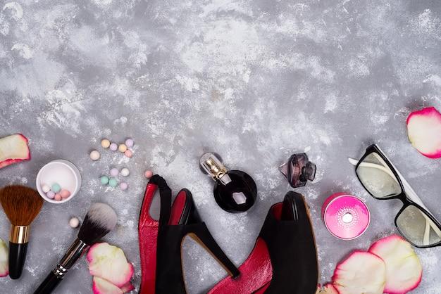 ファッション女性の静物。バラの花びら、化粧品、眼鏡と女性のファッション Premium写真