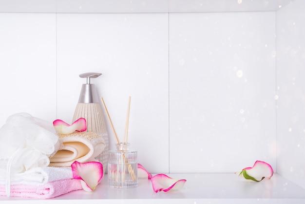ロマンチックなバレンタインデーのためのスパトリートメントで使用されるバラと様々なアイテムとスパの設定 Premium写真