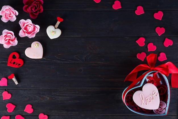 Валентина печенье в форме сердца на темном деревянном фоне Premium Фотографии