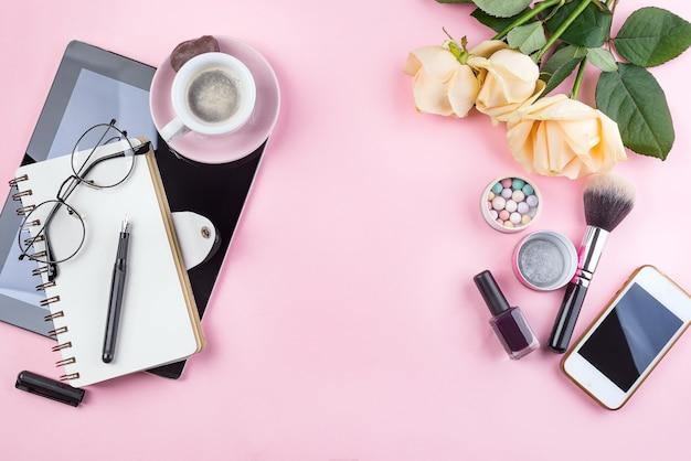 コーヒーマグ、バラの花、グラス、タブレットと様式化された女性らしいフラットレイ Premium写真