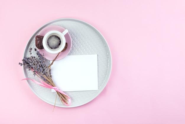 一杯のコーヒー、ペン、皿の上の乾燥ラベンダーと紙のメモのリストテキストを行うには Premium写真