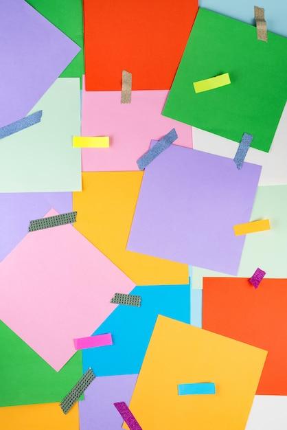 Абстрактная бумага красочный фон с цветными наклейками и скотчем Premium Фотографии