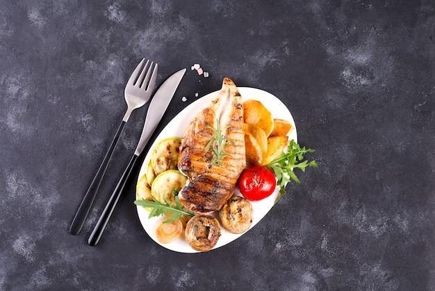 鶏胸肉のグリル野菜とペストソースのプレート Premium写真