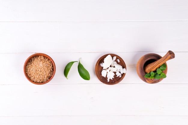 Спа фон с приготовлением натуральных косметических изделий ручной работы на белой древесине Premium Фотографии