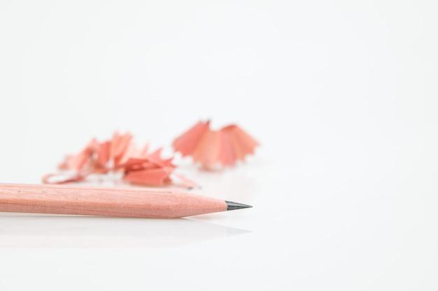 分離は、白の鉛筆を削る。 Premium写真