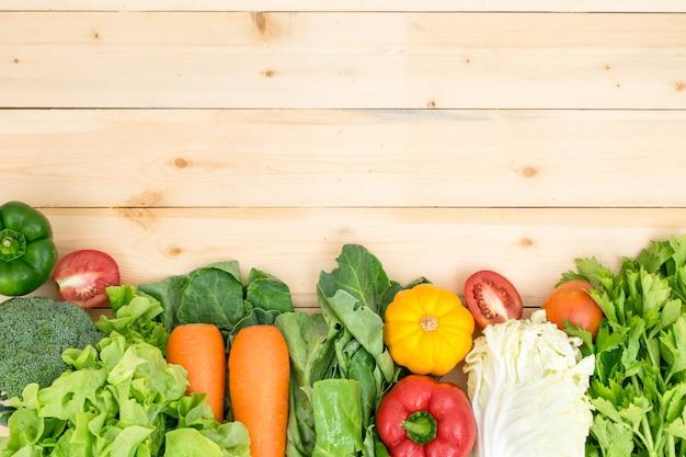 トマト、ピーマン、ニンジン、カボチャのレタス、緑の野菜の周りの野菜フレーム Premium写真