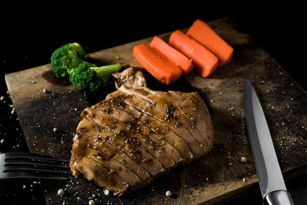 チキンステーキとスパイスの食べ物はおいしいです。 Premium写真
