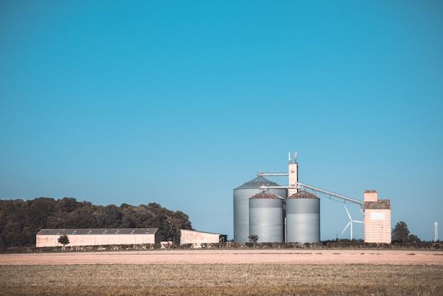 農業用の穀物サイロ Premium写真