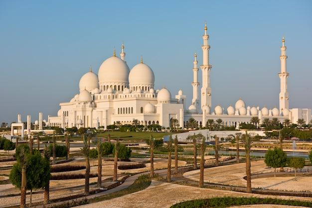アラブ首長国連邦アブダビのシェイクザイードホワイトモスク Premium写真