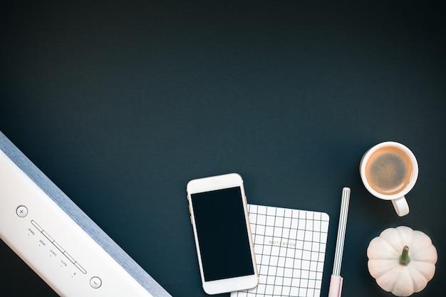 サウンドバー携帯電話とコーヒーカップ付きのテーブル Premium写真