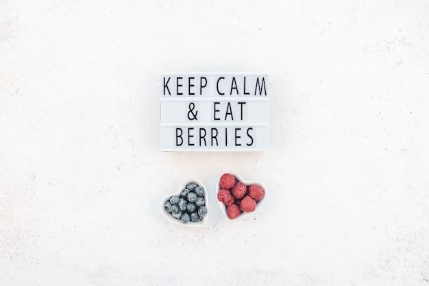 День святого валентина композиция ягод в тарелках сердца Premium Фотографии