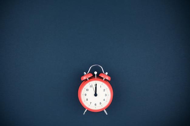 暗い背景に赤のビンテージ目覚まし時計 Premium写真