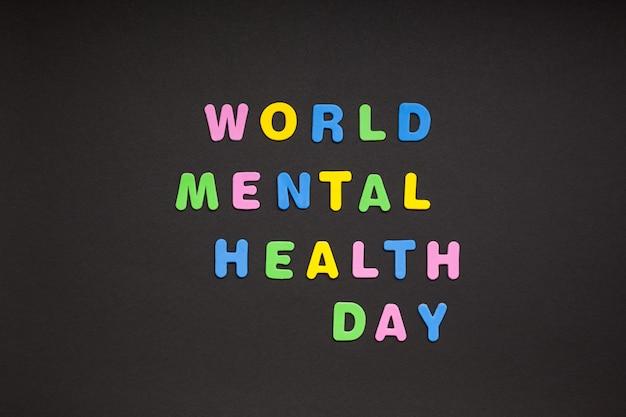 Всемирный день психического здоровья пишет на черной бумаге Premium Фотографии