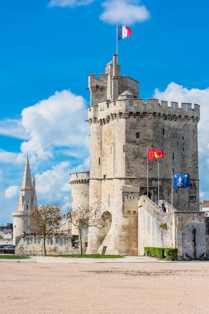 ラロシェルの要塞のハーバータワー Premium写真