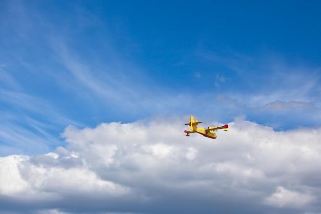 空気中の消防飛行機 Premium写真