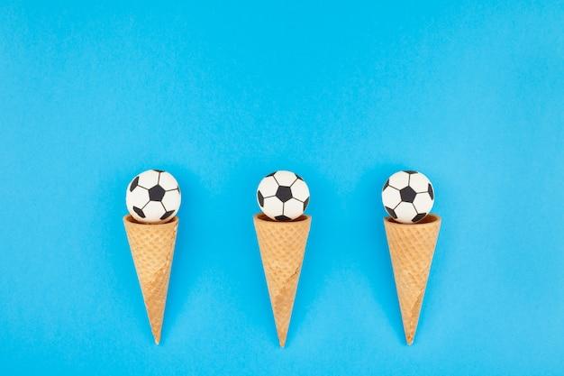 ワッフルコーンのフットボールのマカロン Premium写真
