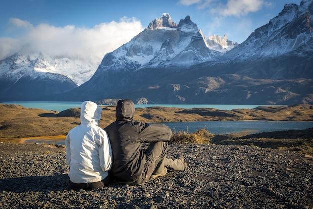 トレス・デル・ペインの美しいシナリオを楽しむ若いカップル Premium写真