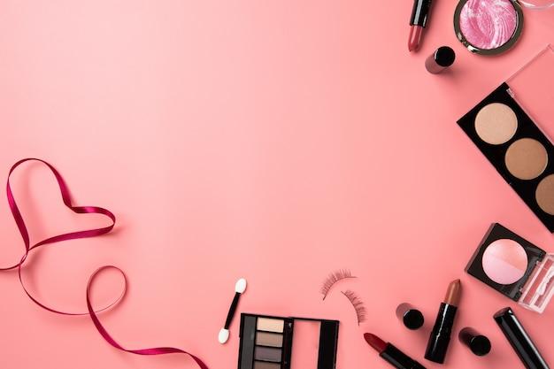 化粧品を作るフラットレイピンク背景コピースペーステキストの美しさ Premium写真