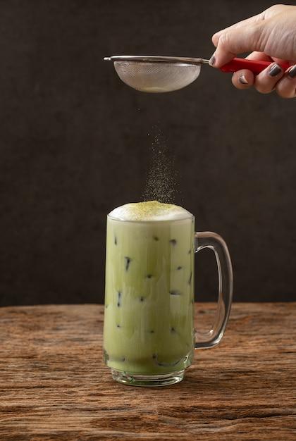 グリーンティー抹茶ラテ冷たい飲み物飲み物の鮮度 Premium写真