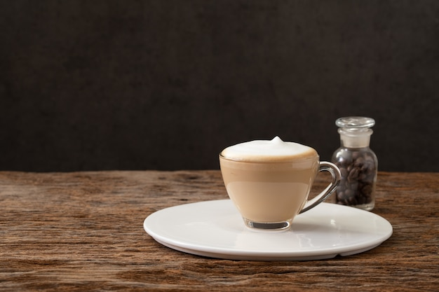 カフェコーヒーショップのカプチーノコーヒークリアカップ Premium写真