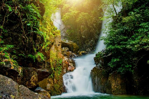 ナムトックプリオ国立公園のプリオ滝 Premium写真