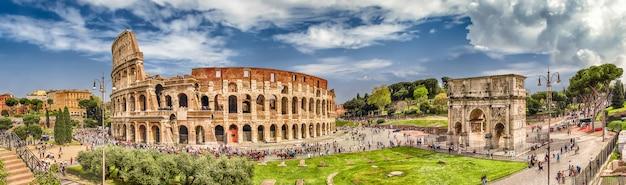 Панорамный вид на колизей и арку константина, рим, италия Premium Фотографии
