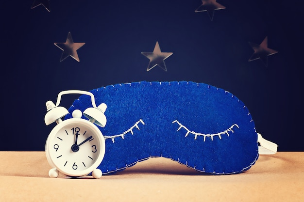 Спящая маска ручной работы из фетра, звездочек на черном фоне. Premium Фотографии