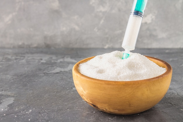 注射器で砂糖します。甘いものへの依存の概念図。砂糖は薬です。 Premium写真