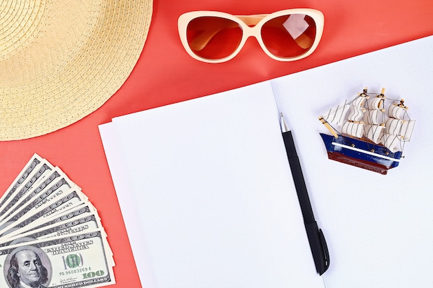 サンゴの背景上のノート。夏のコンセプトです。休暇のための準備 Premium写真