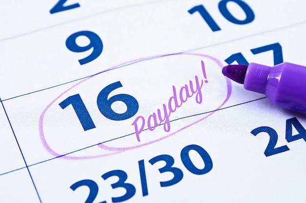 Календарь с маркером круга в день выплаты жалованья Premium Фотографии