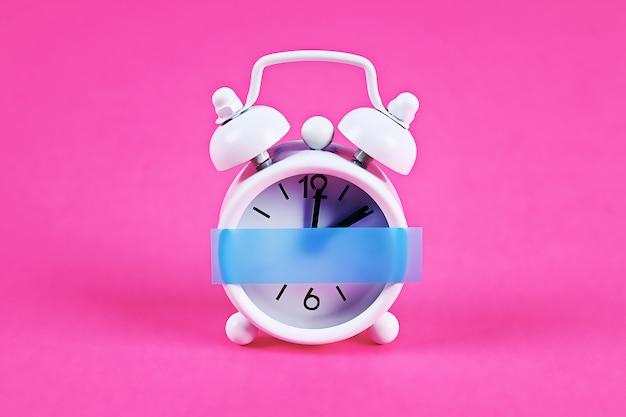 ピンクのパステルカラーの白い目覚まし時計 Premium写真