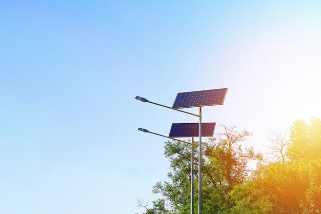 空を背景に太陽電池ランプ Premium写真
