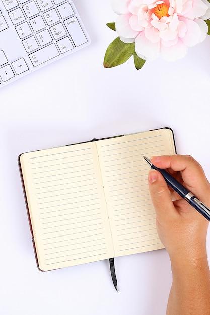 白いデスクトップ上の空白の白いメモ帳 Premium写真