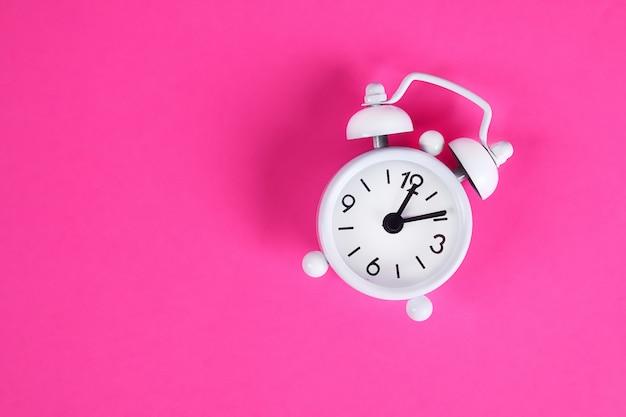 白い目覚まし時計 Premium写真