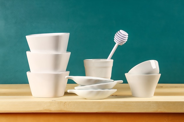 Стеклянные тарелки, чашки и миски на кухне Premium Фотографии
