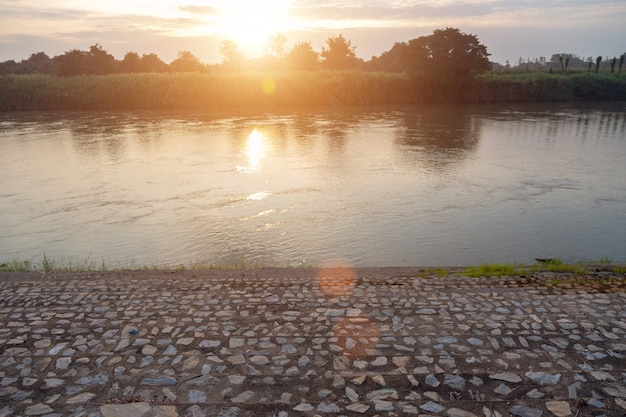 チャンネル川の朝とアジアの風景リバーサイド Premium写真
