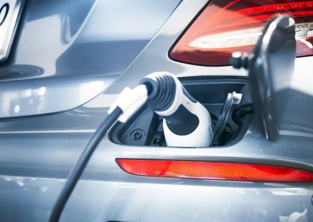 Штекер кабеля зарядного устройства электромобиля для зеленой батареи Premium Фотографии