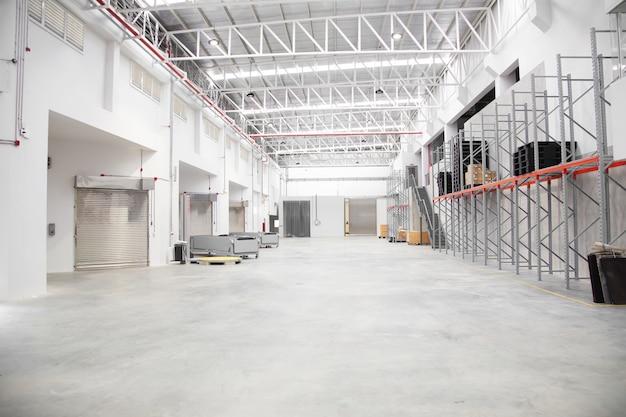 物流業界で空の倉庫のインテリア Premium写真