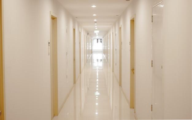 病院への道または住居から部屋へ Premium写真