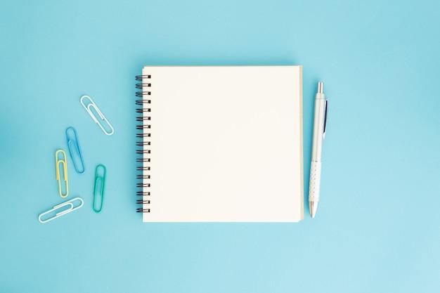 空白のノートブックと青のペン Premium写真