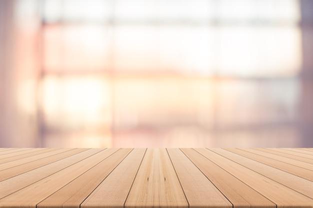 Столешница на размытом фоне, доступное пространство для продукта, теплый естественный свет из окна Premium Фотографии